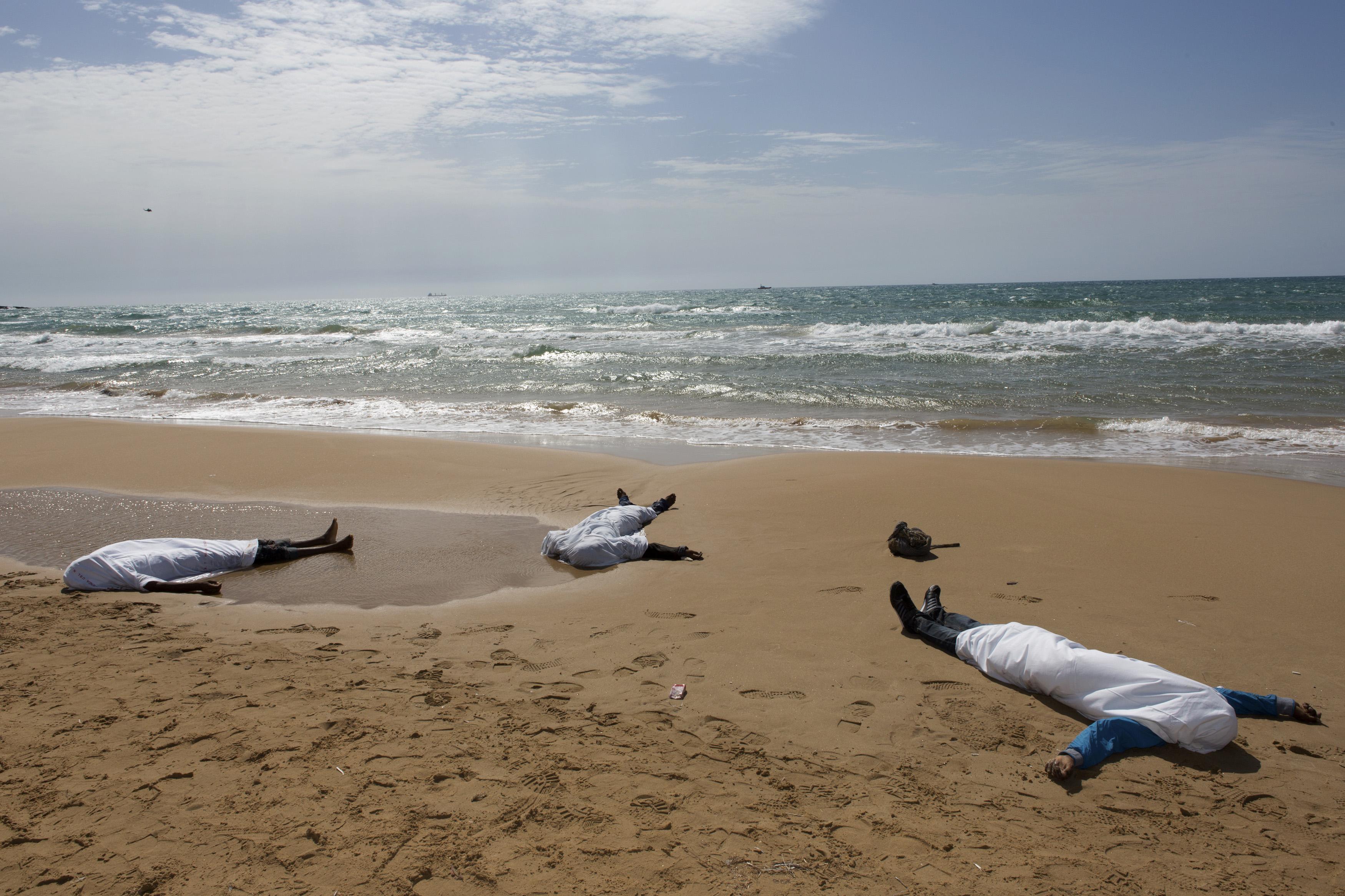 Des immigrants morts le long de la côte.  [Reuters]